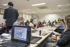 Fotógrafo e journalistas na conferência de imprensa na cidade de Sao Paulo fotografia de stock royalty free