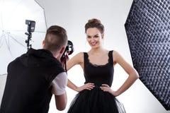 Fotógrafo e modelo que trabalham junto Fotos de Stock Royalty Free