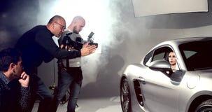Fotógrafo e tiro de Videographers um modelo de forma In The Studio video estoque