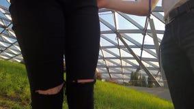 Fotógrafo e verificação modelo nova se as calças estão sujas vídeos de arquivo