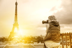 Fotógrafo Eiffel Tower del viaje Fotos de archivo
