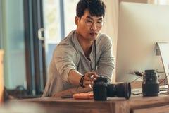 Fotógrafo em sua mesa do trabalho imagens de stock royalty free
