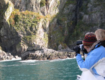 Fotógrafo em um barco Kenai Seward Alaska imagens de stock royalty free