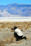Fotógrafo en Death Valley Imágenes de archivo libres de regalías
