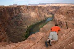 Fotógrafo en el borde de la barranca Foto de archivo