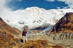 Fotógrafo en el campo bajo de Annapurna, Nepal Fotografía de archivo libre de regalías