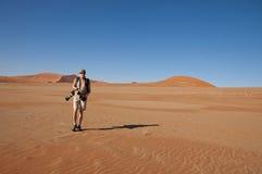 Fotógrafo en el desierto Imagen de archivo libre de regalías