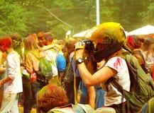 Fotógrafo en el festival de las pinturas HOLI en Moscú, 29 06 2014 Imagen de archivo libre de regalías