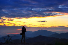 Fotógrafo en el paisaje de la montaña Imágenes de archivo libres de regalías
