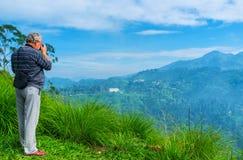 Fotógrafo en el top de la montaña, Ella fotografía de archivo libre de regalías
