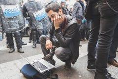 Fotógrafo en el trabajo durante una protesta en Milán, Italia imagenes de archivo