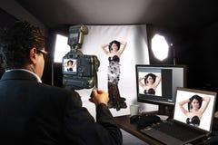 Fotógrafo en estudio con el modelo de moda foto de archivo
