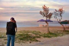 Fotógrafo en la playa en Salónica foto de archivo libre de regalías