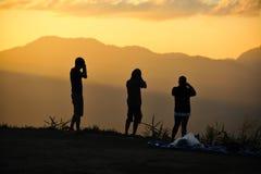 Fotógrafo en la puesta del sol Imagen de archivo libre de regalías