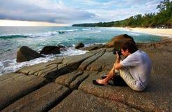 Fotógrafo en la roca Fotos de archivo libres de regalías
