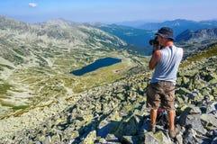 Fotógrafo en las montañas Imágenes de archivo libres de regalías