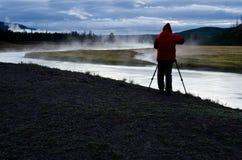 Fotógrafo en Madison River en el parque nacional de Yellowstone Imagenes de archivo