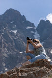 Fotógrafo en montaña Fotografía de archivo libre de regalías