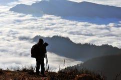 Fotógrafo en montañas Foto de archivo libre de regalías