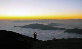 Fotógrafo en montañas Imagen de archivo