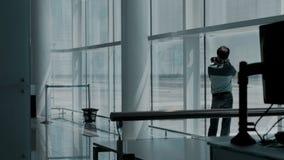 Fotógrafo en terminal de aeropuerto vacío almacen de video