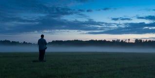 Fotógrafo en un campo de la niebla Imagen de archivo
