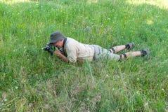 Fotógrafo en un prado de la primavera Imagen de archivo libre de regalías