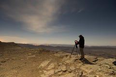 Fotógrafo en una noche del desierto Imagen de archivo