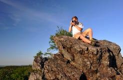 Fotógrafo en una roca Imágenes de archivo libres de regalías