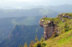 Fotógrafo en una roca enorme Fotografía de archivo libre de regalías