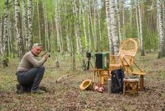 Fotógrafo en una sesión de foto al aire libre Imagen de archivo libre de regalías