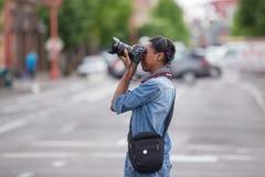 Fotógrafo fêmea afro-americano com câmera de Canon imagens de stock