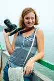 Fotógrafo fêmea atrativo com câmera Fotografia de Stock Royalty Free
