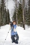 Fotógrafo fêmea com câmera e tripé Fotos de Stock