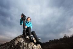 Fotógrafo fêmea com a câmera no tripé na rocha grande imagens de stock royalty free