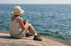 Fotógrafo fêmea no superior de lago fotografia de stock