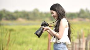 Fotógrafo fêmea novo bonito fotografia de stock