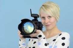 Fotógrafo fêmea novo com câmera de DSLR Foto de Stock Royalty Free