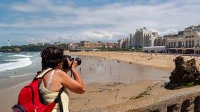 Fotógrafo fêmea que toma uma fotografia da cidade de Biarritz Fotografia de Stock