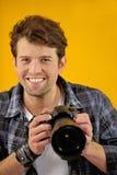 Fotógrafo feliz con la cámara de SLR Foto de archivo libre de regalías