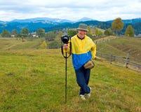 Fotógrafo feliz no fundo da montanha do outono Imagem de Stock