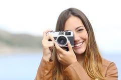 Fotógrafo feliz que toma la foto con una cámara del vintage imagen de archivo libre de regalías