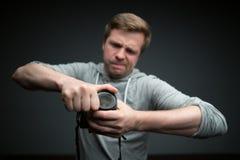 Fotógrafo hermoso con la cámara en estudio de la foto Fotos de archivo libres de regalías