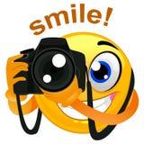 Fotógrafo Holding del Emoticon de la sonrisa una cámara digital stock de ilustración