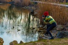 Fotógrafo joven apasionado en sombrero rojo Imagenes de archivo