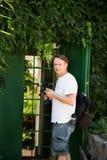 Fotógrafo joven con la videocámara en la ubicación de la fotografía Fotos de archivo libres de regalías