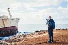 Fotógrafo joven en la playa Foto de archivo libre de regalías