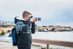 Fotógrafo joven en la playa Imágenes de archivo libres de regalías