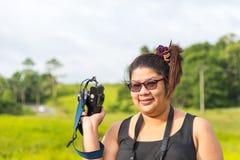 Fotógrafo joven Happy que toma imágenes Imágenes de archivo libres de regalías