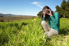 Fotógrafo joven que toma imágenes al aire libre Fotografía de archivo